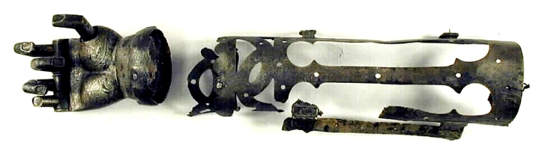 Turun museokeskuksen esinekokoelmissa oleva mekaaninen käsiproteesi on ajoitettu koristelun perusteella 1500-1600-luvun vaihteeseen. Kuva: Finna.fi (Turun museokeskus).