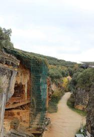 Näkymä kohteille, joita on suojattu katoksin ja aivan ylös saakka pääsee myös halutessaan kipuamaan tikkaita pitkin. Kuva: Heli Etu-Sihvola