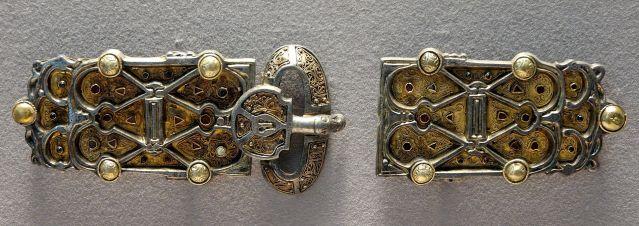 Arnegunden kullalla, hopealla ja jalokivillä koristeltu vyö. Kuva: Marie-Lan Nguyen/CC.