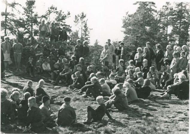Talkootyöläisiä Kaarniemen röykkiöillä vuonna 1963. Kuva Anna-Liisa Hirviluodon raportista.
