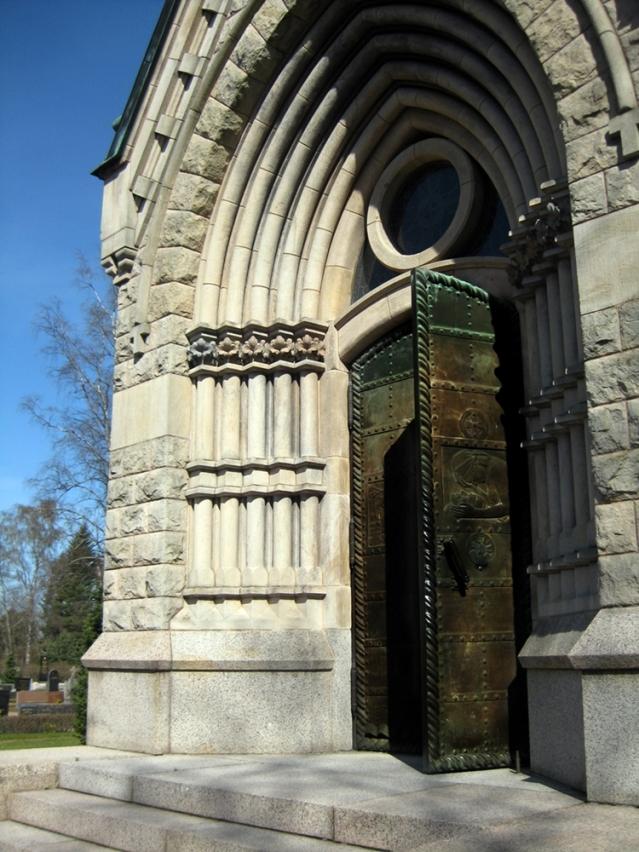 Mausoleumin koristeelliset ovet. Kuva: Ninni Närväinen