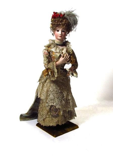 Sigridille kuulunut nukke, joka mekaniikan avulla on liikuttanut kättään ja puuteroinut kasvojaan. Kuva: Satakunnan museo (Finna.fi)