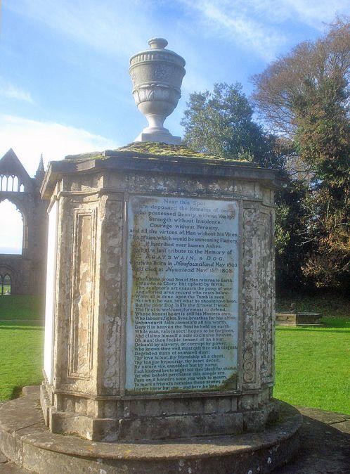 Lordi Byronin koiran Boatswainin muistomerkki. Byron olisi halunnut tulla haudatuksi koiransa viereen. Kuva: Trevor Rickard (Wikimedia Commons).