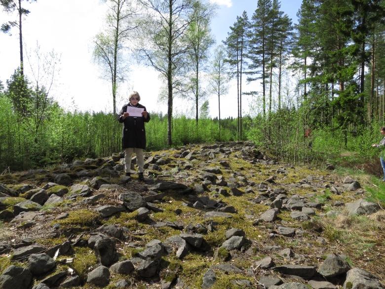 Kristiina toimi oppaana Selkäkankaan monumentaaliröykkiöllä arkeologian oppiaineen kevätretkellä 2016. Kuva: Anniina Laine.