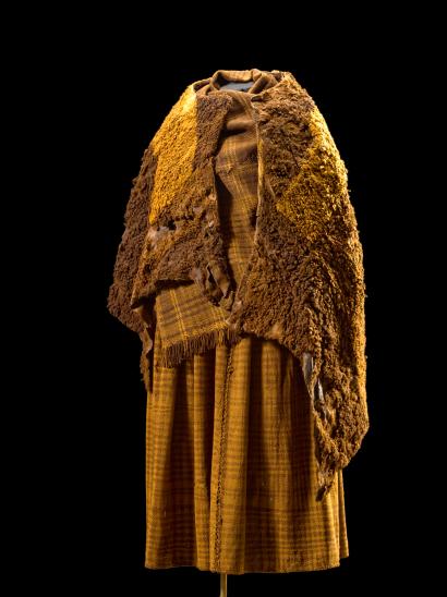 Tanskan kansallismuseosta löytyy noin 30 nahasta valmistettua vaatetta, jotka ajoittuvat vanhimillaan pronssikauden ja rautakauden taitteeseen (noin 500 eaa.). Kuvassa Huldremosen suosta löytyneen naisen päällä olleet hyvin säilyneet vaatteet. Kuva: Roberto Fortuna.