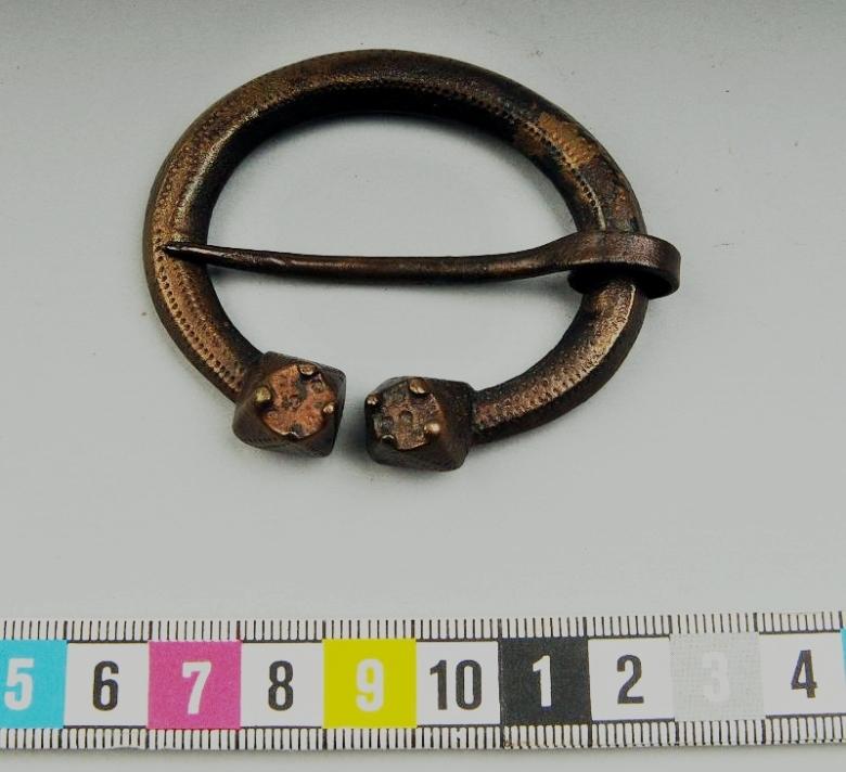 Hautaröykkiöstä löytynyt tappikoristeinen hevosenkenkäsolki Gävlestä, Ruotsista. Kuva: Kringla.nu CC.