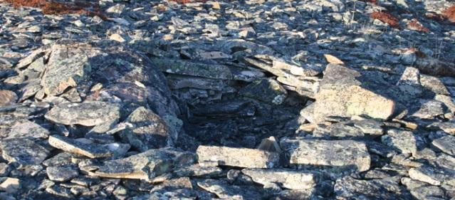 Mortensnesin kivihautoja. Paikka on yksi suurimmista tunnetuista kivihautakalmistoista ja se ajoittuu 1000-luvulta eaa. 1500-luvulle jaa.. Kuva: Luondu.no.