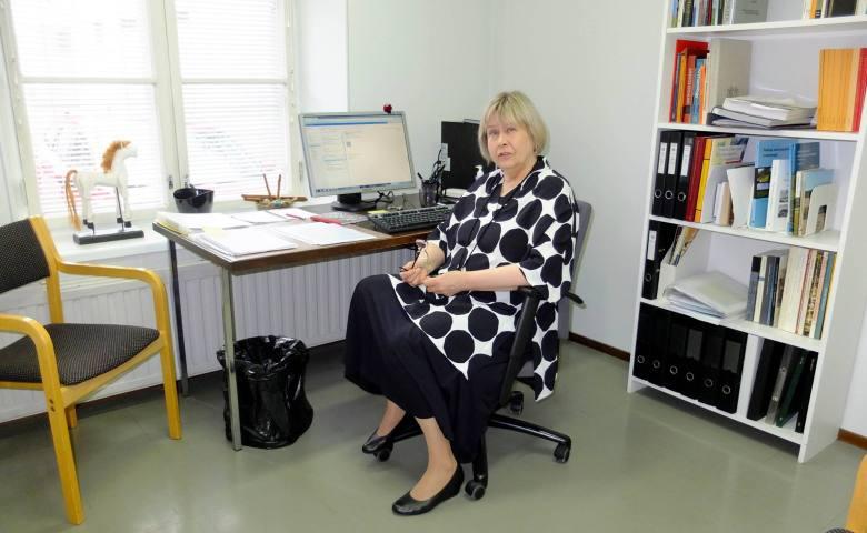Kristiina Korkeakoski-Väisänen toimistossaan viimeisenä työpäivänä ennen eläkkeelle jäämistä. Kuva: Turun yliopisto/Arkeologia