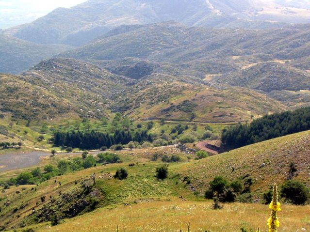 Näkymää Lýkaion-vuoren rinteeltä Zeuksen alttarin suuntaan. Kuva: Wikimedia Commons.