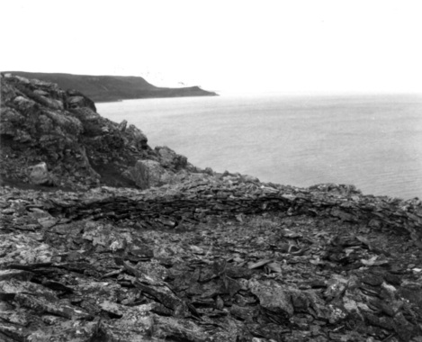 Kivirakenne (jonka keskellä on hauta) Mortensnesissa 1968. Kuva: Norsk Folkemuseum/Digitalt Museum