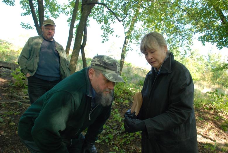 Jouko Pukkila, Markus Hiekkanen ja Kristiina Vanhalinnan opetuskaivauksilla 2008.