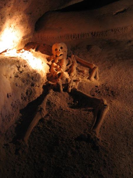 Yksi Actun Tunichil Muknalin luolan hautauksista Belizessä. Luolan vainajia on pidetty mayojen ihmisuhreina. Kuva: Peter Andersen/CC.