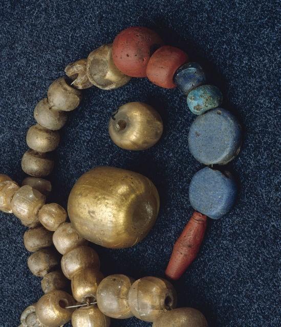 Helmiä nuoremmalta roomalaisajalta. Helminauhat ovat Perniöstä ja Porvoosta, irtohelmet Viitasaarelta ja Vähäkyröstä. Kultafoliohelmet ovat olleet hyvin arvokasta tuontitavaraa (Salo 1987b: 224). ©
