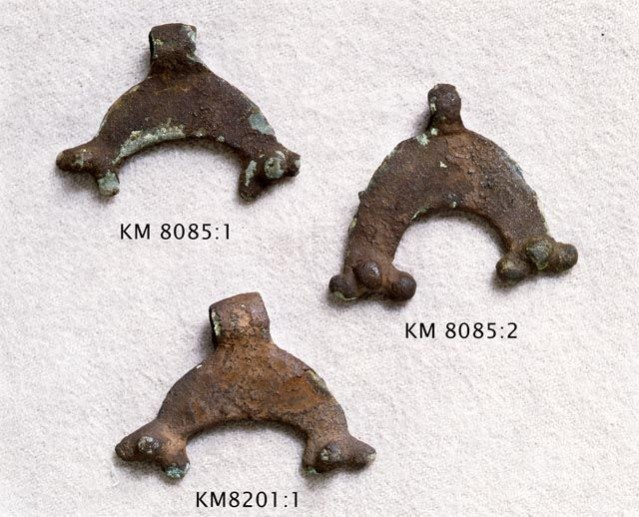 Puolikuun muotoisia lunulariipuksia Siuntiosta, n. 200-400 jaa, kaikki samasta hautarauniosta. Korut on valmistettu Baltiassa, mutta muoto on todennäköisesti lainaa Rooman alueelta (Salo 1987c: 243). Kuva: Museovirasto/Finna.fi.