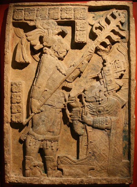 Kuningas Yaxchilanin puoliso Xok suorittaa verenvuodatusrituaalia.