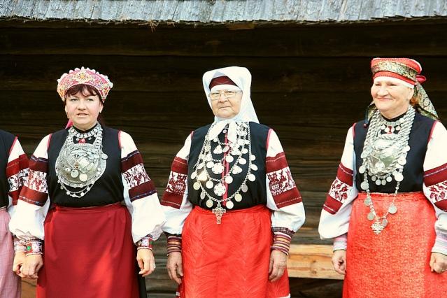 Viron setukaisten pukuun kuuluu runsaasti korustoa. Kuva: Liga Eglite/Flickr CC.