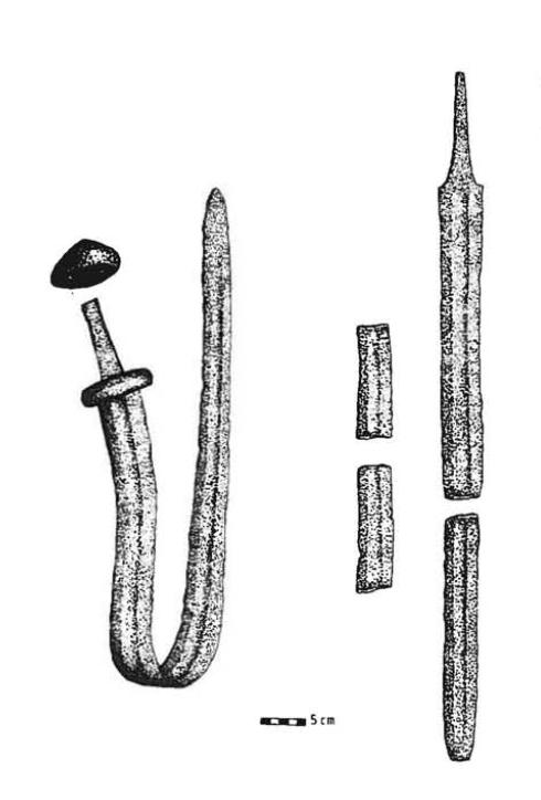 Vasemmalla Liedon Ylipään kalmistosta löytynyt taivutettu miekka ja oikealla miekka Lempäälän Päivääniemestä. Esineiden erilainen rikkominen kuvastaa todennäköisesti kalmistojen erilaisia hautausrituaaleja. Kuva: Karvonen 1998, fig. 2.