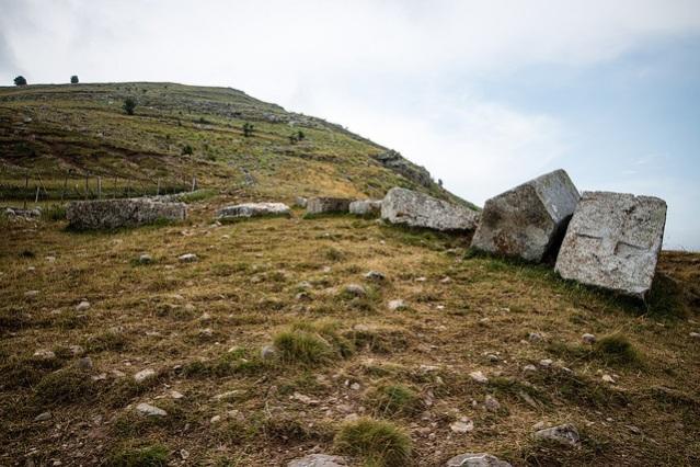 Stećci-hautakiviäLukomirissa Bosnia-Hertsegovinassa. Kuva: Iain Hinchliffe/CC.