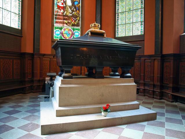 Arkkitehti Theodor Deckerin piirtämä sarkofagi Turun tuomiokirkossa sulkee sisäänsä Kaarina Maununtyttären jäännökset. Kuva: Moss/CC.