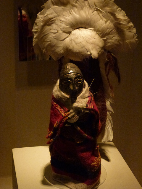 Llullaillacon lasten yhteydestä löytynyt figuriini, jolla on sulkapäähine. Kuva: Randla Sheppard7CC.