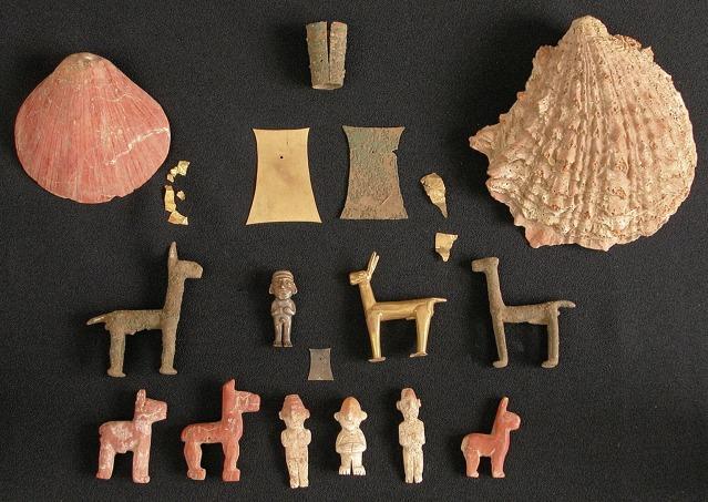 Uhrit saatettiin varustaa erilaisilla pienillä figuriineilla, joilla on ollut symbolinen merkitys.