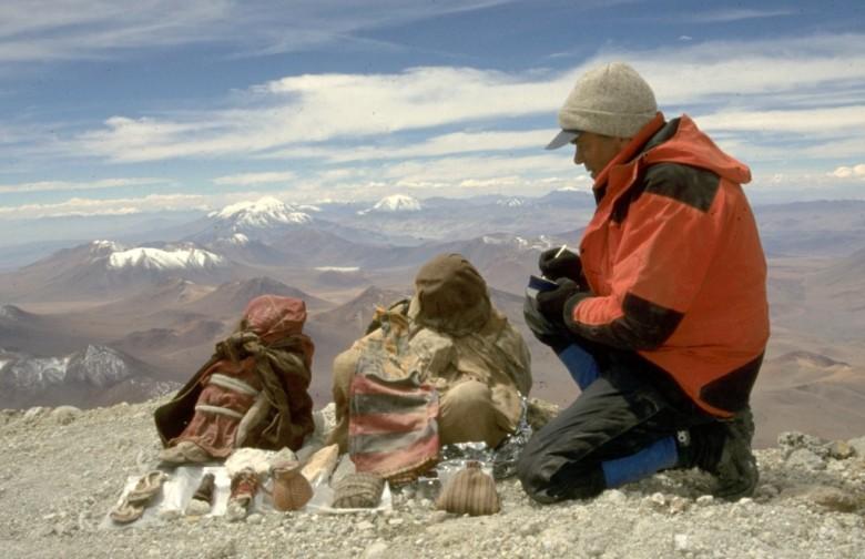 Johan Reinhard Llullaillacon muumioiden löytöpaikalla Llullaillaco-vuoren huipulla.