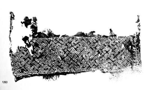 Luovutetun Karjalan puolelle jääneen Kaukolan Kekomäen varhaiskeskiaikaisesta kalmistosta löytyneen haudan nr 1 esiliinan pronssispiraalikirjailun koristeissa on mukana myös hakaristi. Kuva: Kivikoski 1973, taf. 146: 1263.