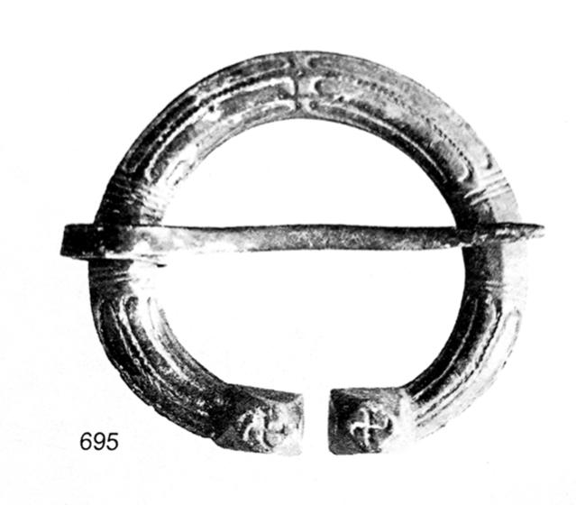 Hakaristiä muistuttavat kuviot viikinkiaikaisessa hevosenkenkäsoljessa, joka on löytynyt Euran Osmanmäen kalmistosta. Vastaavalla tavalla koristeltuja hevosenkenkäsolkia on löytynyt myös Ruotsista. Kuva: Kivikoski 1973, taf. 78: 695.