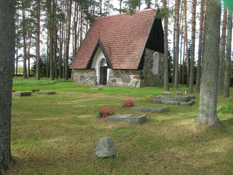 Nykyinen Liuksialan kappeli on rakennettu vuosien 1917-32 välillä vanhan sakariston paikalle. Ympäristössä on Meurman-suvun yksityinen hautausmaa. Kuva:Tampereen Museot - Pirkanmaan maakuntamuseo.