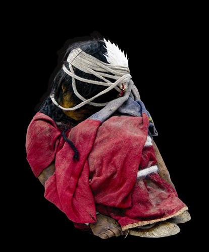 Llullaillacon poika. Poikauhri oli puettu punaiseen tunikaan, mohikaaneihin ja sulalliseen pääkoristeeseen.