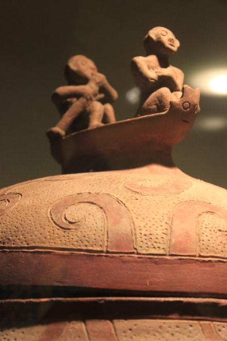 """""""Manunggul jar"""", uniikki hauta-astia myöhäisneoliittiselta ajalta, n. 800 BC. Kannessa kuvattujen hahmojen on ajateltu olevan tuonpuoleiseen matkaavia sieluja. Kuva:"""