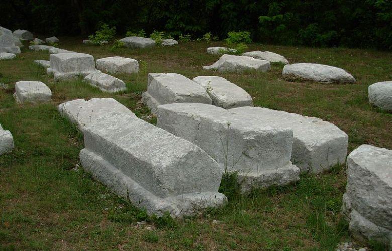 Sarkofagin muotoisia kiviä Mramorjen kalmistossa Perućacissa, Serbiassa, Kuva: Wikimedia Commons.