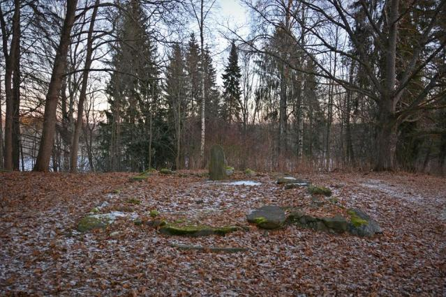 Nokian kartanon puistossa sijaitseva kappelin perustus on kuulunut todennäköisesti 1500-luvun alussa pystytettyyn rakennukseen. Keskelle 1931 pystytetty kivi on löytynyt maasta 1800-luvun puolivälissä. Kuva: Ulla Moilanen.