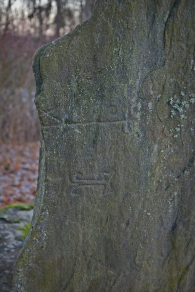 Nokian kartanokappelin paikalla olevaan kiveen kaiverrettuja merkkejä. Kuva: Ulla Moilanen.