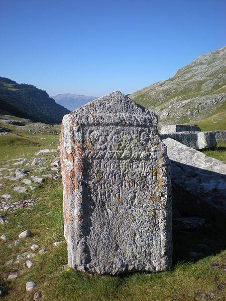 Kyrillisillä kirjaimilla kirjoitettua bosniaa hautakivessä Poljicen kalmistolla Bosnia-Hertsegovinassa. Kivien valmistajina toimivat todennäköisesti erikoistuneet kivisepät. Kuva: Wikimedia Commons.