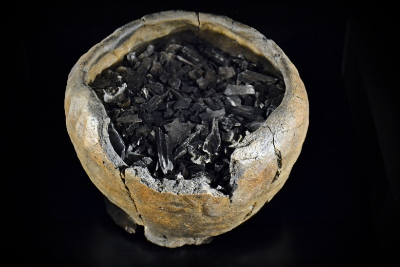 Erilaisia hautaustapoja oli esitelty runsaasti. Kuvassa keramiikka-astiaan asetettu polttohautaus Kuva: Ulla Moilanen