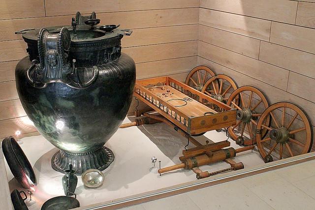 """""""Vixin prinsessana"""" tunnetun naisenhaudan vaunujen rekonstruktio sekä haudassa ollut massiivinen astia. Kuva: Claude Valette/Flickr CC."""