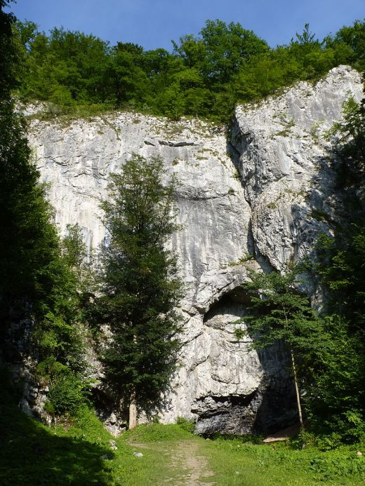 Býčí skála -luolan sisäänkäynti. Kuva: Michal Klajban (CC BY-SA 3.0).