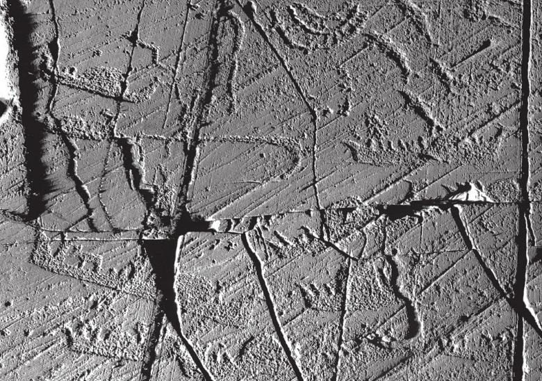 Norjalaisen arkeologin, emeritusprofessori Knut Helskogin mukaan Altan kalliopiirroksissa kuvattujen veneiden kohotettu keula sekä muut rituaaleihin viittaavat piirteet voisivat symboloida tuonpuoleiseen matkaavaa venettä ja kuvata veneen osuutta kuolemaan liittyvissä rituaaleissa. Kuva: Helskog 2014, fig. 88.