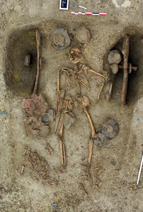 Vuonna 2009 Ranskasta Attichysta tutkittu vaunuhautaus ajoittuu noin 250-luvulle eaa. Miehen hautaan kuului mm. aseita ja astioita. Kuva: Sylvain Thouvenot / Inrap.