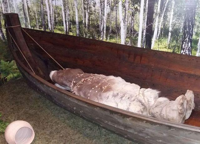Tyumenin museossa on mahtipontinen rekonstruktio Bazanin kalkoliittisesta venehautauksesta. Kuva: Wikimedia Commons.