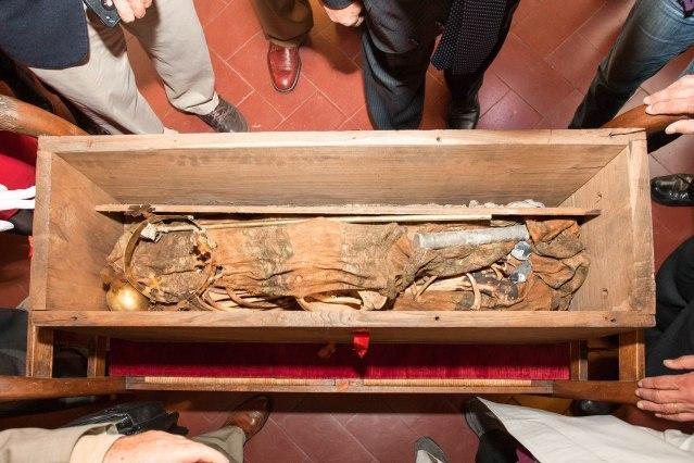 Henrik VII Luxemburgilaisen hauta avattiin vuonna 2014 tutkimuksia varten. Vainajan jäännökset oli asetettu pieneen puuarkkuun kankaisiin käärittynä. Kuva: Lorenzi 2014.