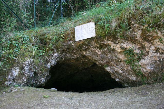 la-Chapelle-aux-Saints -luola, josta vuonna 1908 löytyi neandertalinihmisen luuranko. Kuva: V. Mourre/Wikimedia Commons