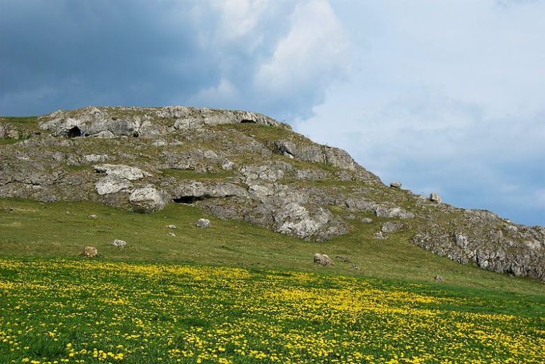 Ofnet-luolan ympäristöä. Kuva: Wikimedia Commons.