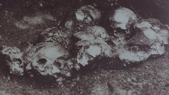 Pienempi kuoppa, jossa oli kuusi kalloa. Kuva: Wikimedia Commons.