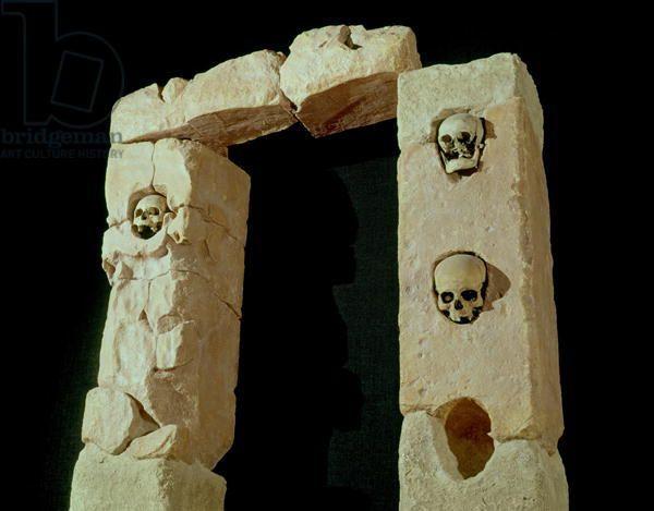 Ranskassa Roquepertusessa sijaitsi yksi kelttien uskonnolisista keskuksista noin 300-luvulta eaa. ajanlaskun alun tienoille. Paikalta on löytynyt useita temppelien ja pyhäkköjen rakenteita, joihin on varattu paikkoja ihmispäille. Osassa kallot ovat edelleen paikoillaan.