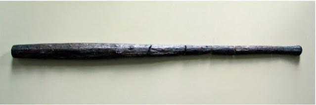 Paikalta on löytynyt myös puisia aseita, kuten kuvan nuija. Kuva: Landesamt für Kultur und Denkmalpflege Mecklenburg-Vorpommern.