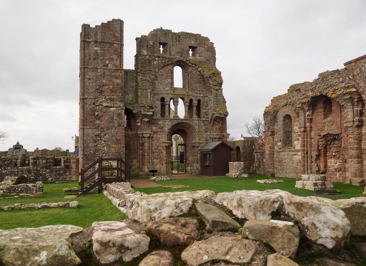 Lindisfarnen saari: viikinkejä, pyhimyksiä ja puolustusvarustuksia
