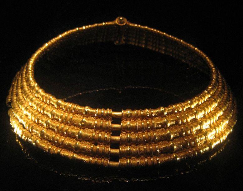 1280px-Golden_necklace_from_Färjestaden,_Sweden