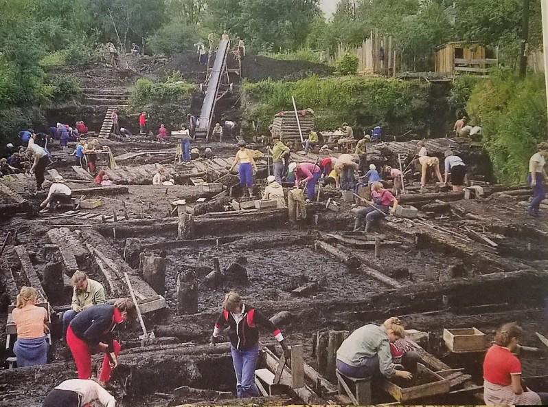 Troitskijn kaivausalueella paljastuu Novgorodin keskiaika. Kuva P. Uino 1984.